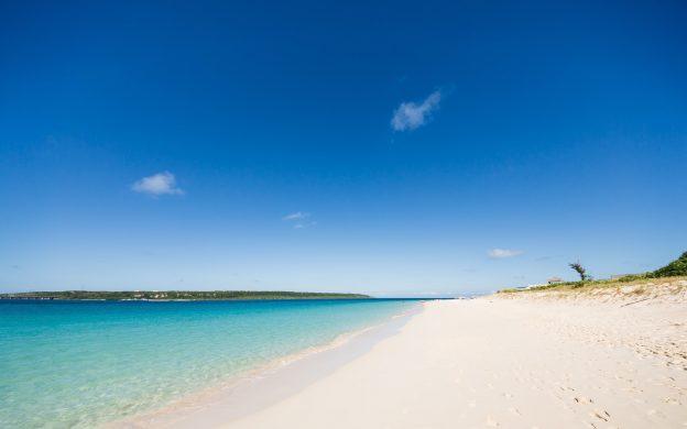 白い砂浜とエメラルドグリーンの海