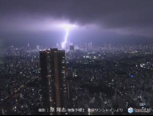新宿高層ビル群に稲光 27日夜8時過ぎ(日直予報士)