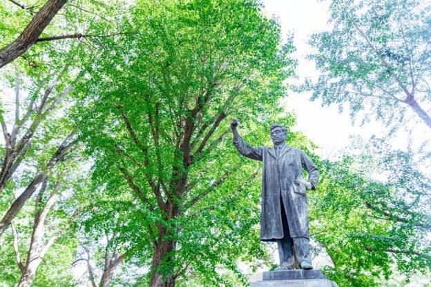 (C)すしぱく/ぱくたそ「上野公園の新緑と野口英世銅像」