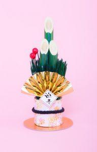(c)すしぱく ぱたくそ「迎春と書かれた門松の飾りの写真素材」(フリー素材)