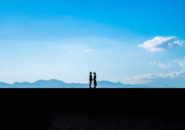 (c)Mizuho ぱたくそ「想いを伝えるカップルのシルエット」(フリー素材)